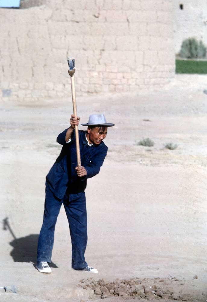 Longterm thinking: Chinese laborer in Yemen, 1964 Photograph © William Carter